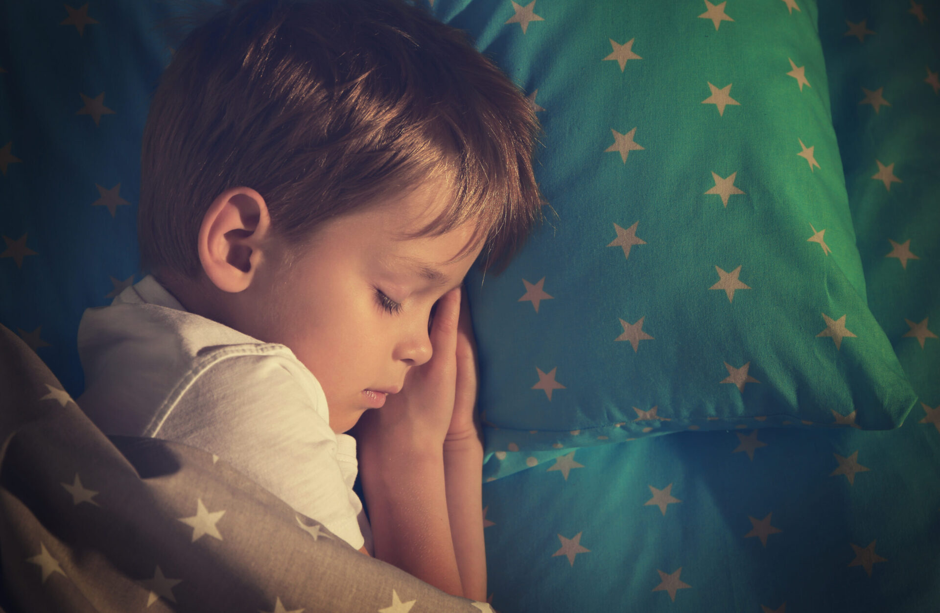 how screentime affects sleep image